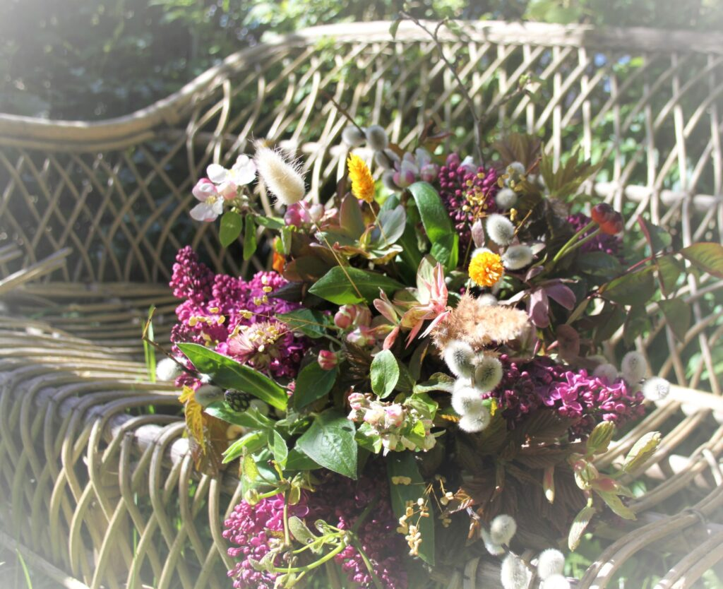Forårs buket bundet af blomster fra haven og lidt tørret blomster