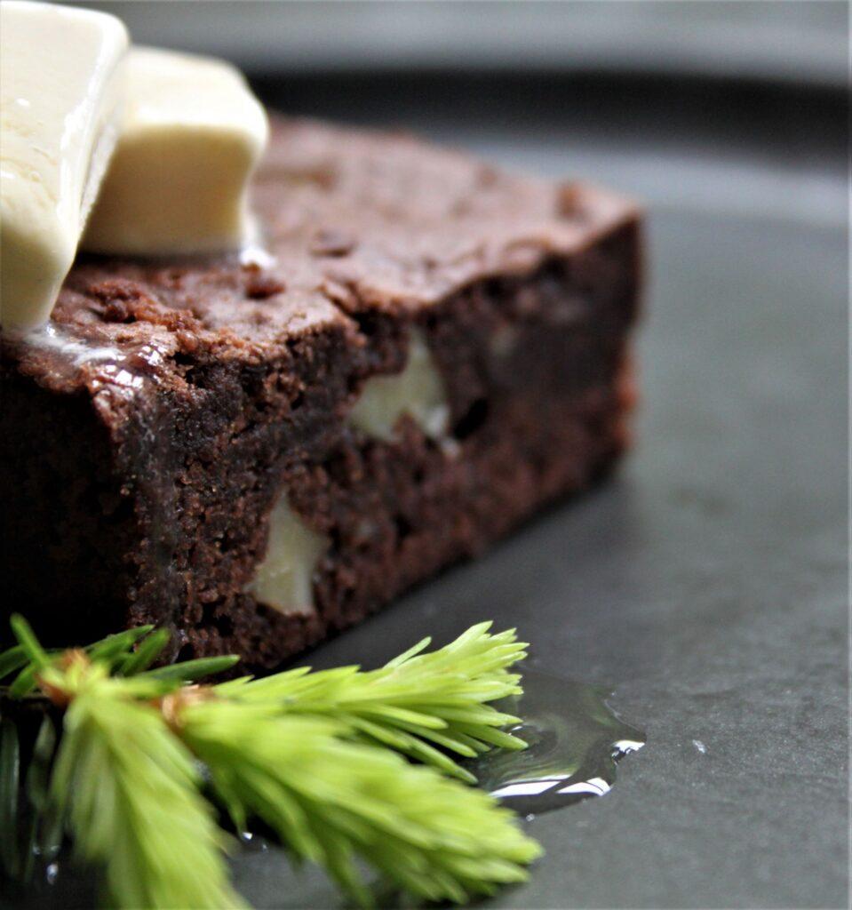 Bag en lækker brownie og hæld skøn gransirup på